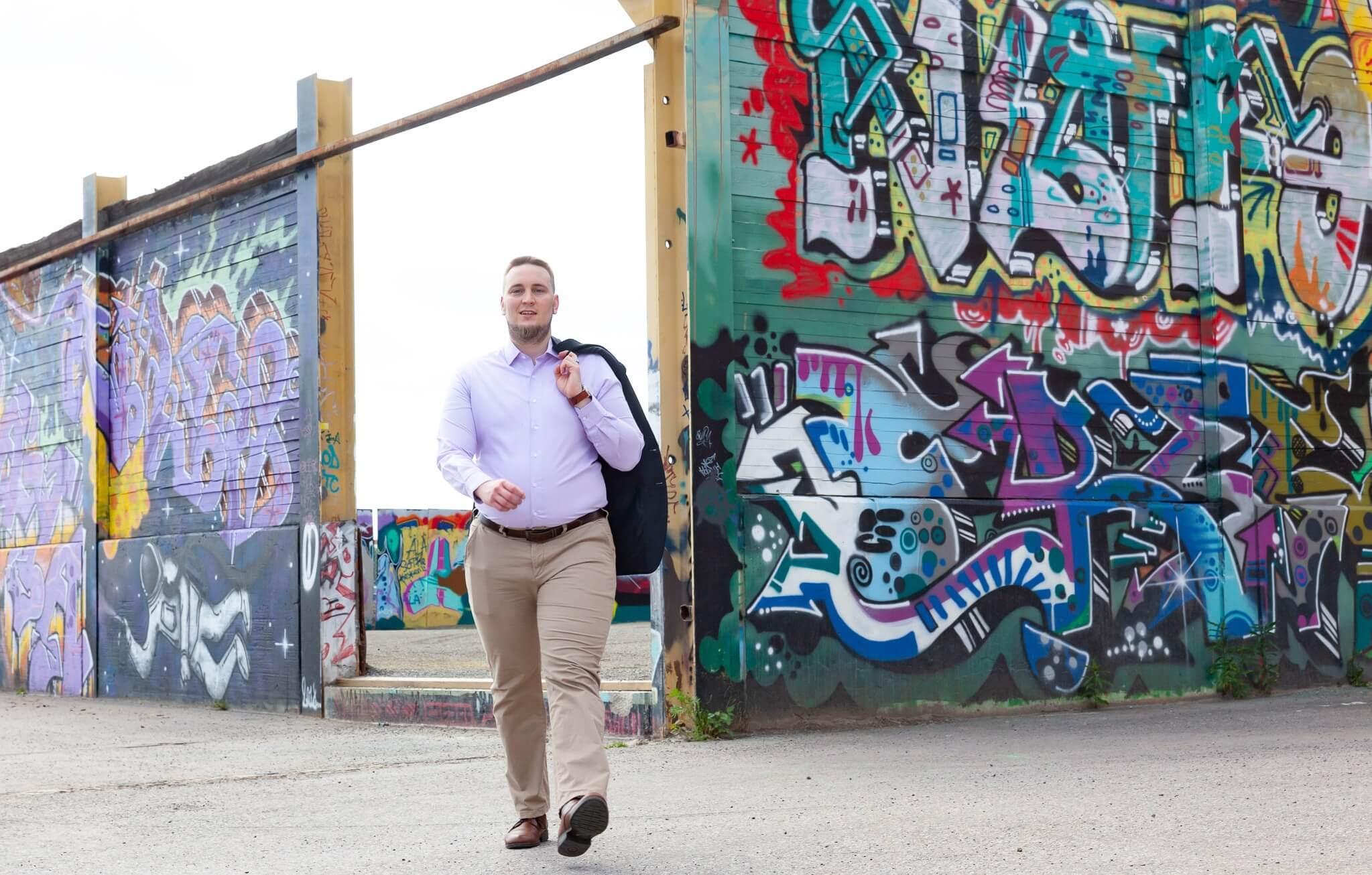 Jesse kävelee kameraa kohti.