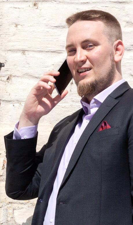 Jesse Uitto puhuu puhelimeen.