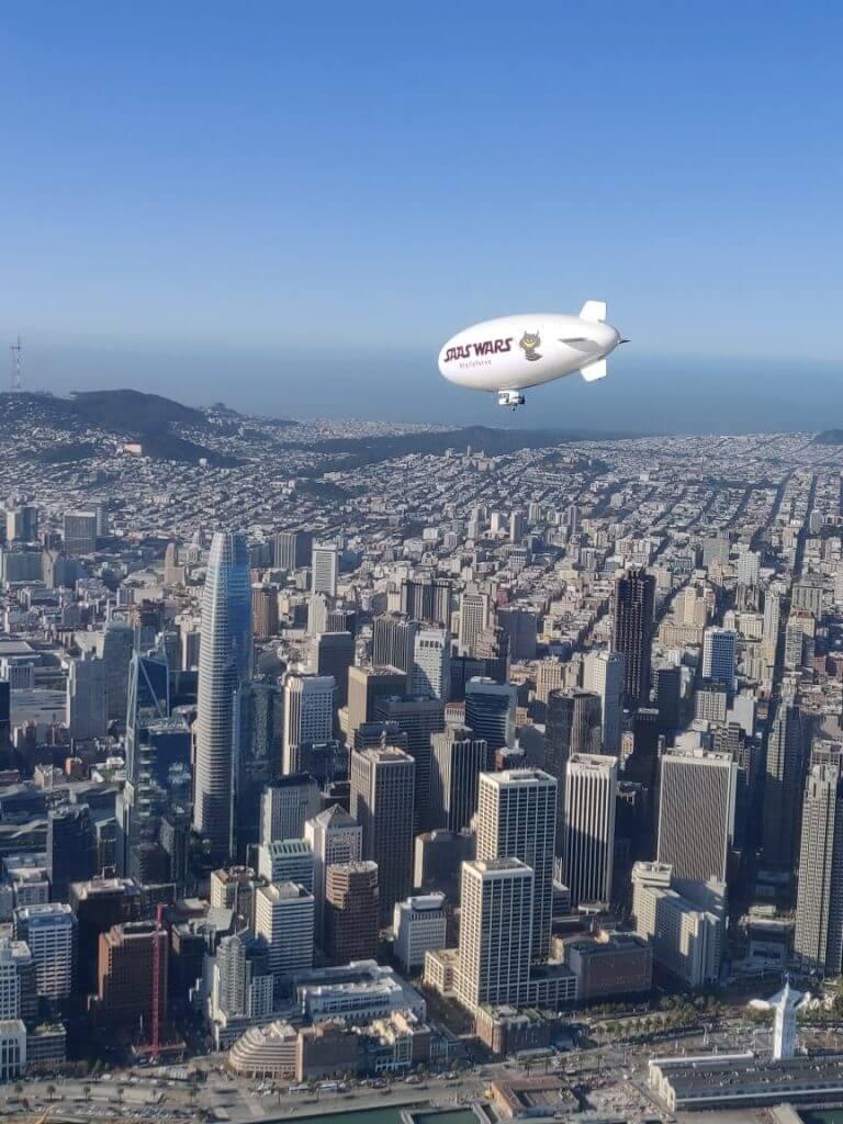 Frehworks ilmalaiva kaupungin yllä.