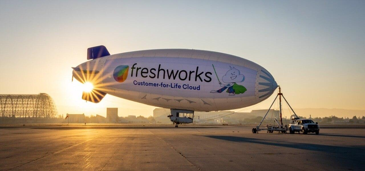 Freshworks-ilmalaiva, auringonlasku takana.